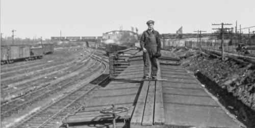 Brakemen sul tetto. In primo piano, in basso a sinistra, si vede il volantino del freno. Foto dal forum di www.railroad.net