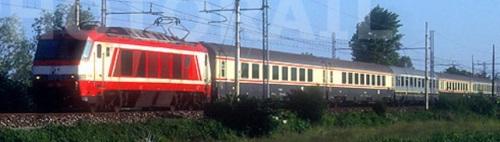 Una bigrigio fa capolino tra carrozze in livrea Bandiera al traini di una E402A nel 1999 - Foto © Stefano Paolini da photorail.com