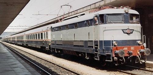 E444.002 in testa a un Treno Bandiera a Roma nel 1983 - foto © LotharBehlau da www.drehscheibe-online.de