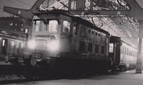 E600.06 alla testa di un Ombibus a Cadorna nel 1973 - FOto © Bruno Cividini da Il portale dei Treni