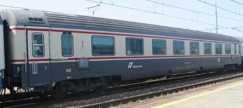 GC 1985 nel 2002 - Si notano il tetto cannellato, gli smorzatori ed il logo Trenitalia - Foto © D. Pialorsi da trenomania
