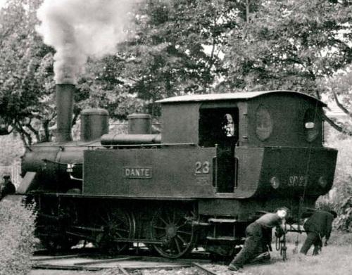 """Giratura manuale di una delle locomotive della ferrovia: la """"Dante"""", enl 1958. Foto © Kalla-Bishop, dal libro citato"""
