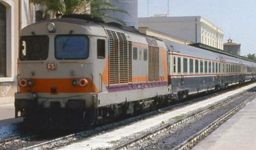 IC Adriatico a trazione Diesel nel 1991 a Lecce - Foto Roberto Bonetti da photorail.com