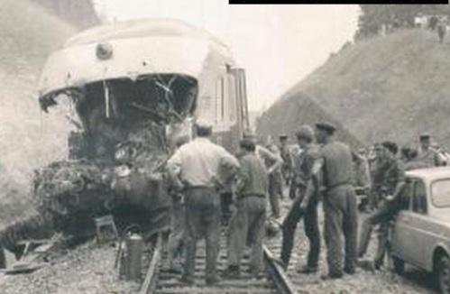 La motrice di testa del RAe 1053 distrutta nel'impatto. Foto © pompieri di Pontarlier