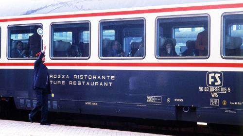 Carrozza Gran Comfort Ristorante in livrea Bandiera nel 1981 a Napoli - Foto © Fondazione FS da Facebook