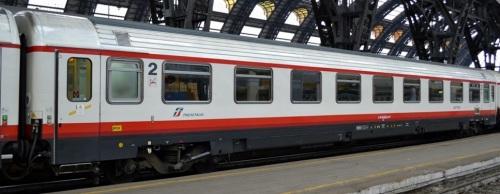 61 83 29-90 545-8 UIC-Z1 a salone, ex prima classe a compartimenti, livrea Frecciabianca - Foto © Vincenzo Russo da railfaneurope.net