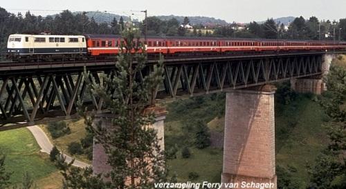 Treno in livrea C1 con carrozze austriache e motrice tedesca, 1985 - Foto © Ferry Van Schagen da drehscheibe-online.de