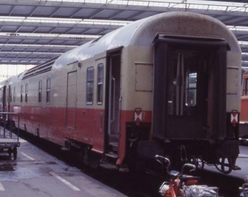 Bagagliaio Generatore TEE alla stazione di Monaco. Si possono notare i segnali tedeschi bianco-rossi di fine convoglio