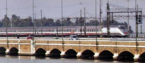 Convoglio in livrea ESCI sul ponte tra Mestre e Venezia - foto dalla copertina del libro EuroStar City di Evaristo Principe.