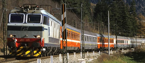 Carrozze in livrea Bandiera in composizione eterogenea in Val di Fleres nel 1999 al traino di una E.652 - Foto © Marco Cantini da photorail.co m