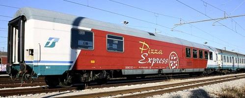 Vettura Pizza Express in composizione con una MDVC - foto © Ernesto Imperato da trenomania.og