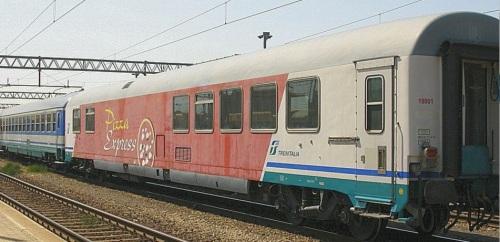 Vettura Pizza Express in composizione con una UIC-X a cuccette nel 2006 - foto © Ernesto Imperato da trenomania.og
