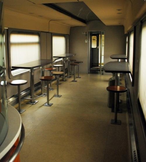 Interno della Pizza Express nel 2010: zona sgabelli. Foto © Michele Sacco da fotoferrovie.info
