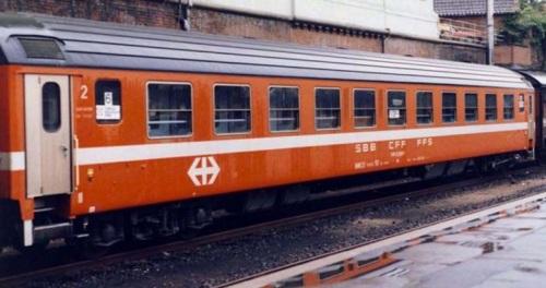 Carrozza RIC delle SBB in livrea C1. Foto E606001 da trenoincasa.forumfree.it
