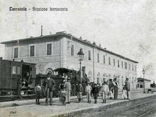LA stazione di Terontola all'epoca della sua inaugurazione. Vecchia cartolina reperita su www.lestradeferrate.it