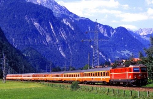IL Transalpin austriaco. Si può vedere in composizione la carrozza ristorante (la terza) . Foto da www.alpenbahnen.net