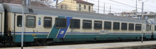 61 83 28 90 021-1 BH - InterCity Plus con fascione blu - Foto © E. Imperato da trenomania