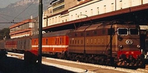 Bagagliaio Dz UIC-X 75 in livrea C1 con logo inclinato a Bolzano il 5/9/89. ettaglio da una foto © Johannes Smit da flickr