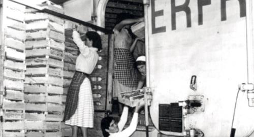 Carico arance su un carro Interfrigo a Lentini, Siracusa ,nel 1958 Foto da L'Italia_del_Treno_Non_solo_binari, pubblicazione della Fondazione FS reperita on line