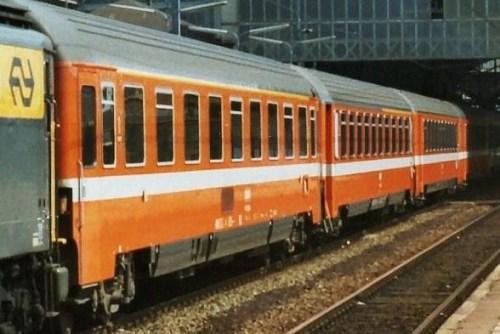 Tre carrozze francesi a l'Aia (Den Haag) nel 1979: una Eurofima di proma, una Corail a compartimenti mista ed una Corail di seconda a salone. Foto © Ferry van Schagen da drehscheibe-online.de