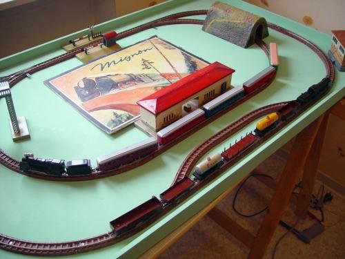 Un plastico con due convogli: merci e passeggeri , da http://www.mignonbahn.de