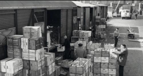 Scarico arance a Milano nel raccordo dei Magazzini Generali di Milano, Porta Vittoria (1961) - Foto da L'Italia_del_Treno_Non_solo_binari, pubblicazione della Fondazione FS reperita on line