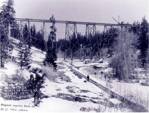 Il Clio trestle in costruzione. Nel fondovalle, ortogonale al ponte, corre una linea a scartamento ridotto: la Sierra & Mohawk Railway Company, che giungeva al Beckwourth pass prima della costruzione della linea a scartamento standard, e che fu poi abbandonata. Da www.portolarailroaddays.com