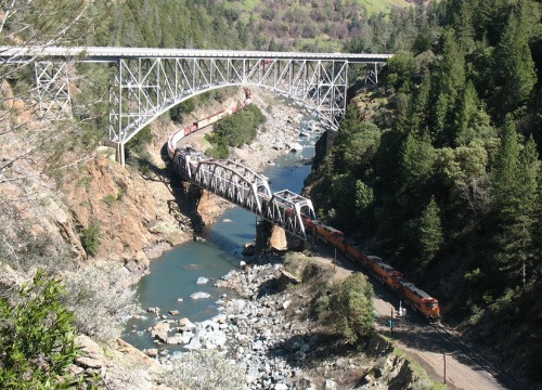 Transito nel Feather River Canyon, nei pressi di Pulga - Foto da adriver.com