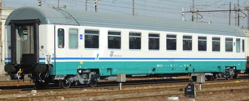 61 83 19-90 190–5 A, prima classe in livrea XMPR con fascia bianca, lato compartimenti - Foto © R.Bonaca da IlPortaleDeiTreni