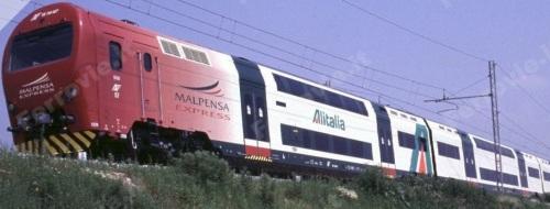 Malpensa Express con pubblicità Alitalia sulla fiancata. Foto © Maurizio Tolini da ferrovie.it (Grazie a Maurizio per l'autorizzazione).