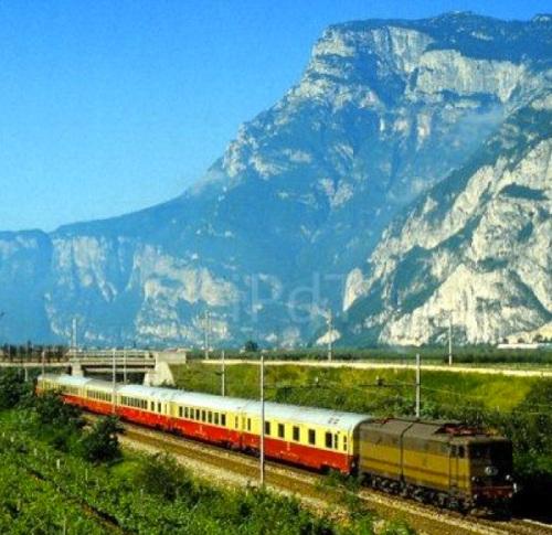 E 645 passa sotto la Paganella trainando il Mediolanum nel 1981 - foto © Luigi Iorio da IlPortaleDei Treni