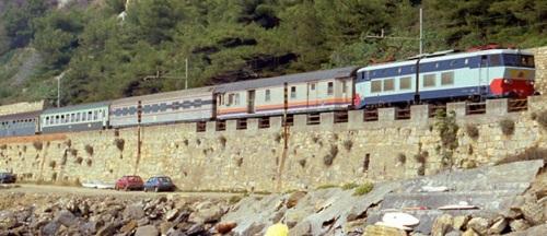 Una Self Service sulla costa Ligure nel 1988 in una composizion eterogenea, tra un bagagliaio e una UIC.Y francese. Dettaglio da una foto © Giorgio Stagni