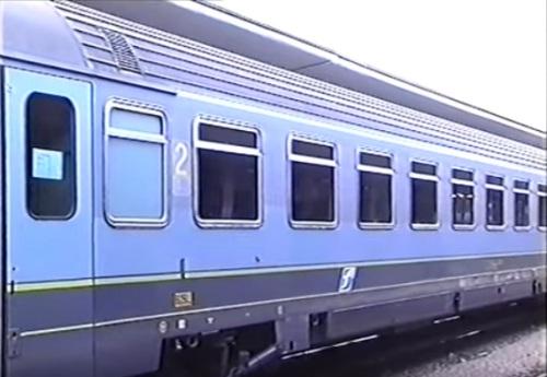 Dettaglio di una Z1 bigrigio con il logo Trenitalia a Trento - immagine da un filmato youtube