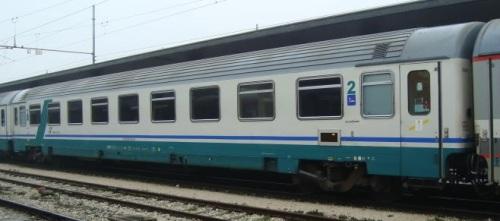 Unaz1 ex prima classe ristrutturata, lato ritirata - Foto © autore ignoto (Marklar?) dal forum di ferrovie.it