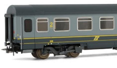 Il logo Trenitalia giallo in un modello Rivarossi in H0