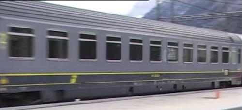 Zi bigrigio con logo Trenitalia giallo, immagine da un filmato su youtube