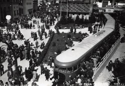 L'ATR100 esposto alla Fiera di Milano del 1937, tra frotte d visitatori