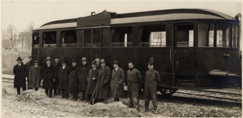 Alberto Laviosa (il quarto da destra) con alcuni membri del consiglio d'amministrazione e con i suoi collaboratori in posa davanti all'automotrice T2, nel 1923.