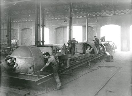 1935: Costruzione del telaio dell'ETR200 nelle officine di Sesto San Giovanni - foto da www.associazioni.milano.it/isec