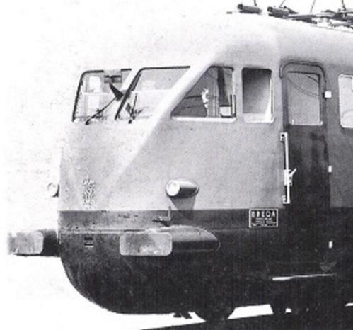 Dettaglio che mostra le porte con spigoli arrotodati e protette da grondaia-gocciolatoio su un ETR 200 di seconda serie