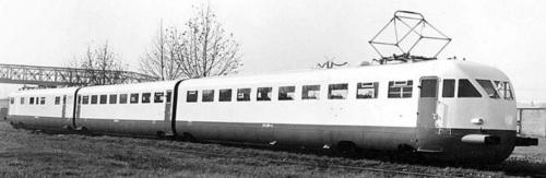 ETR.209 nel 1938 in livrea bianca con porte e sottocassa rossi. in Primo piano le due carrozze A - foto Breda