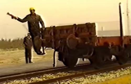 Manovratore su un carro merci, da un filmato FS