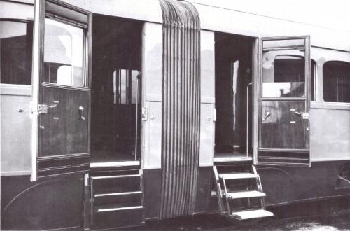 Accesso all'ATS: a sinistra la scaletta richiusa in ordine di marcia, a destra aperta. Foto FIAT.