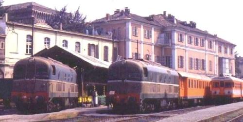 1985: due D.341 presso la Torino-Ceres. Una è in testa ad un convoglio di Umbauwagen arancioni. Foto © da www.museoferroviariopiemontese.it