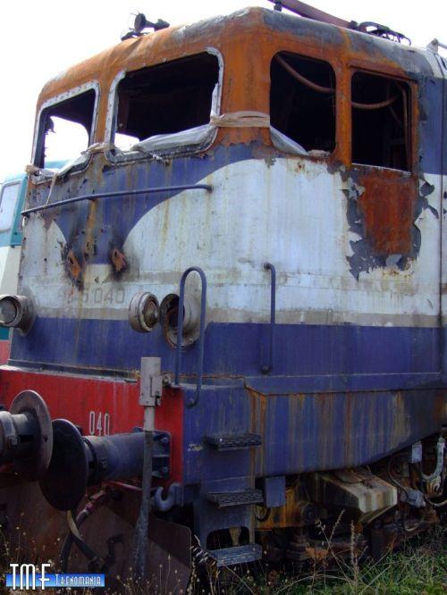 La cabina B della E.645.040 distrutta da un incendio, foto © Lorenzo88 da trenomania.