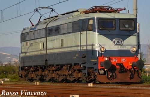 FS E.646.085 nei colori celeste e blu - foto Vincenzo Russo da fotoferrovie.info