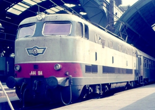 """E.444.014 """"baffostorto"""" a Milano nel 1976 - Foto © Bruno Cividini da IlPortaleDeiTreni"""
