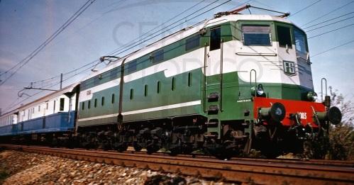 Una delle prime E.646 (ancora con testata poliedrica) in testa al Treno Azzurro. Foto tratta dal profilo Facebook del Centro Storico Fiat