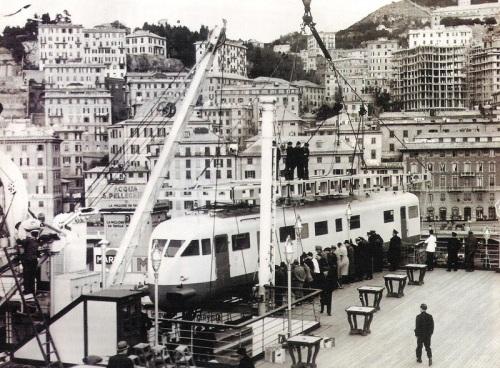 Caricamento dell'ETR 209 sul Rex al porto di Genova.