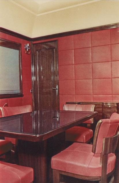 Uno scorcio della sala riunioni in una rara foto a colori. Da http://retours.eu/